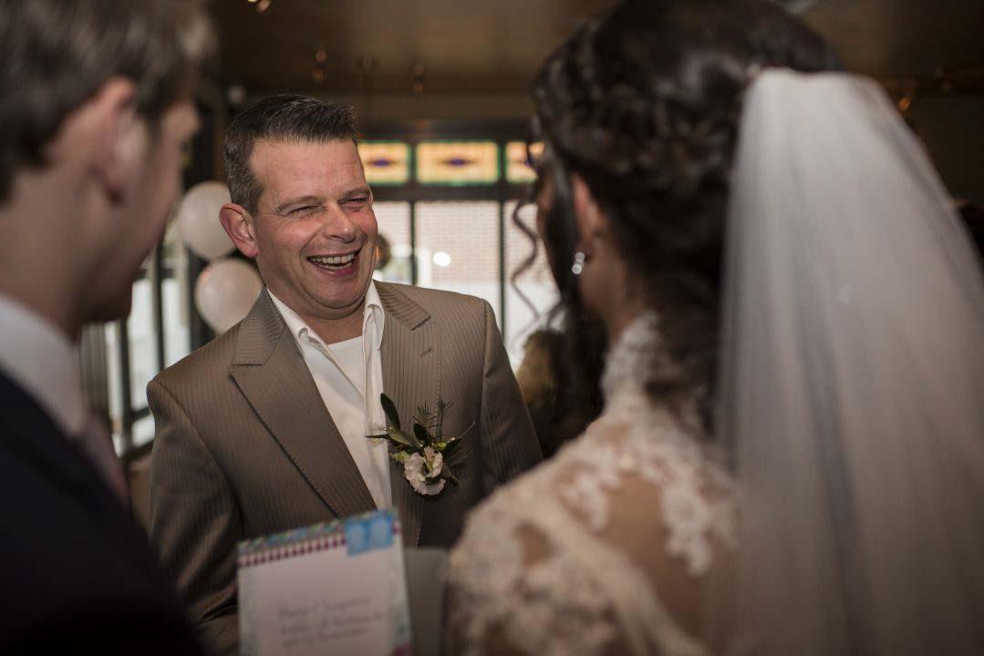 Feliciteren van bruidspaar