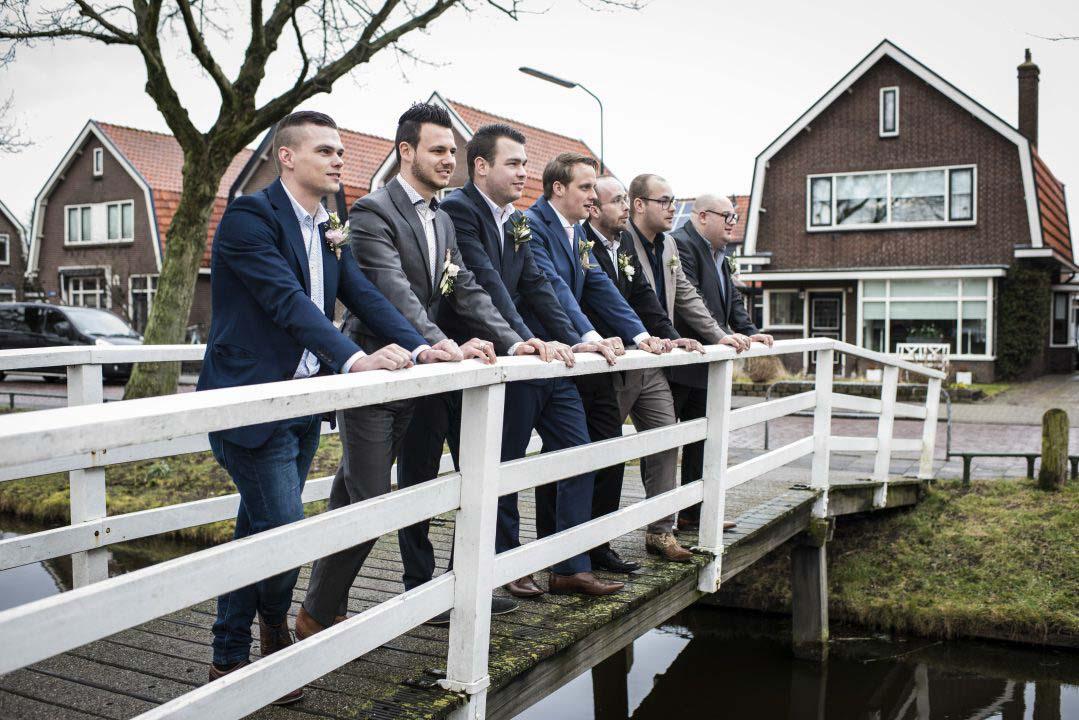 bruiloft mannen bij de brug