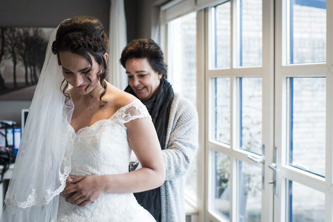 Aankleden van bruid