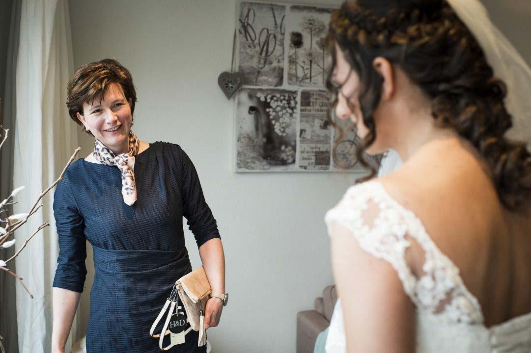 Moeder dochter moment bruiloft
