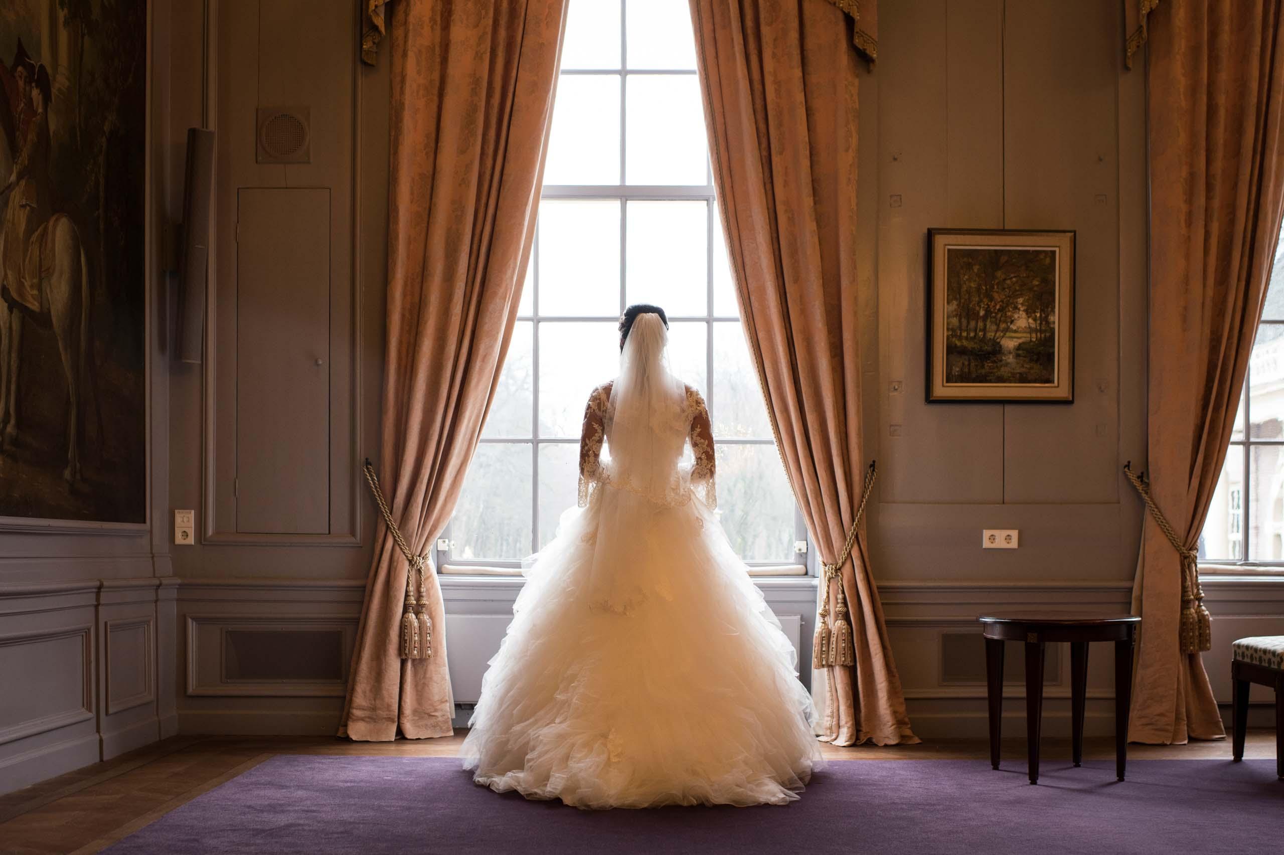 Bruid bij het raam in een kasteel