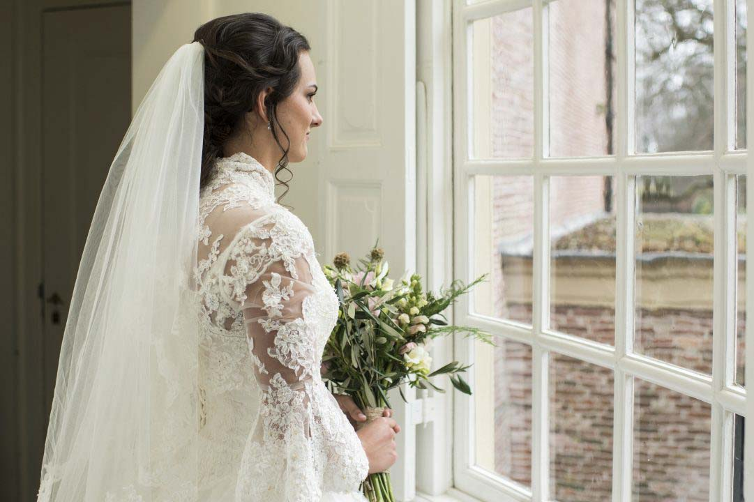 bruid bij het raam van het kasteel