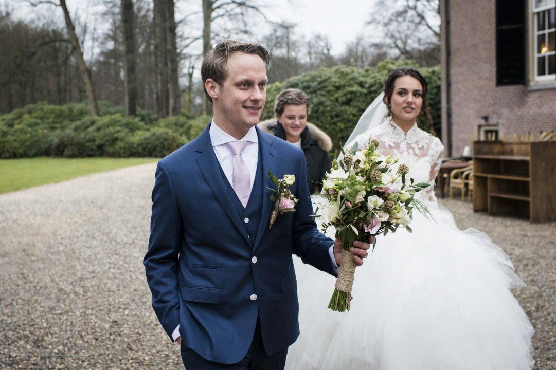 Bruidspaar bij het kasteel
