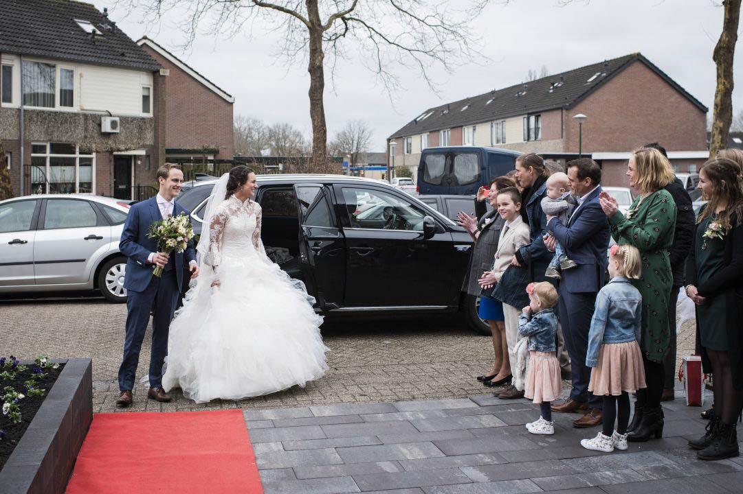 Bruidspaar met rode loper