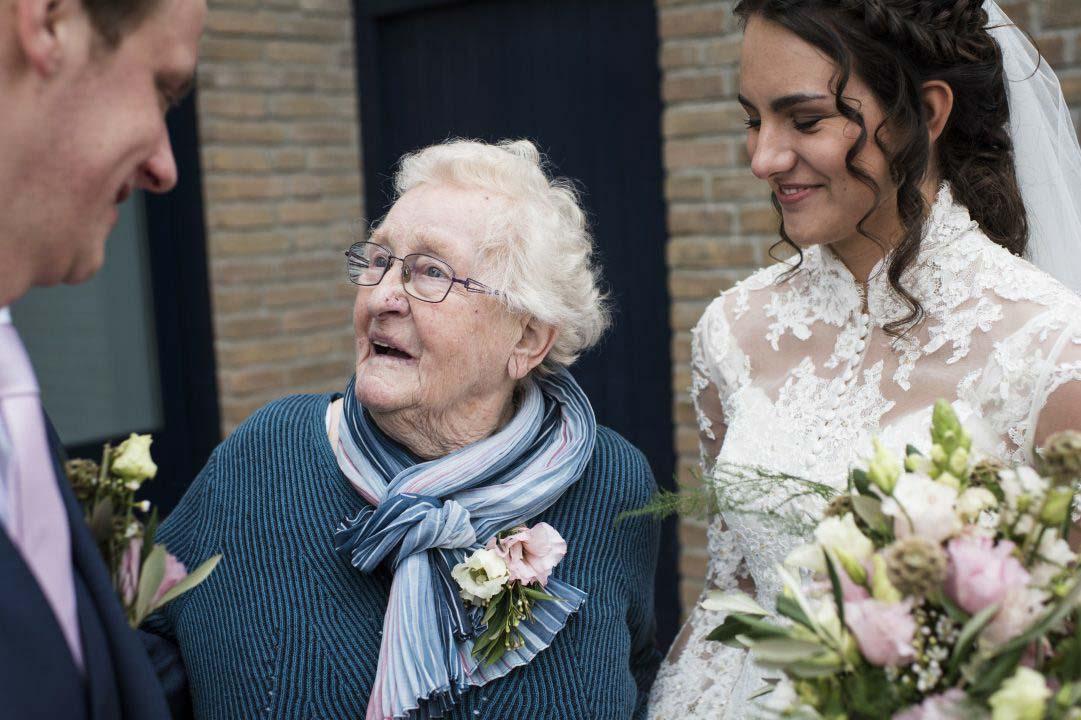Bruidspaar met oma