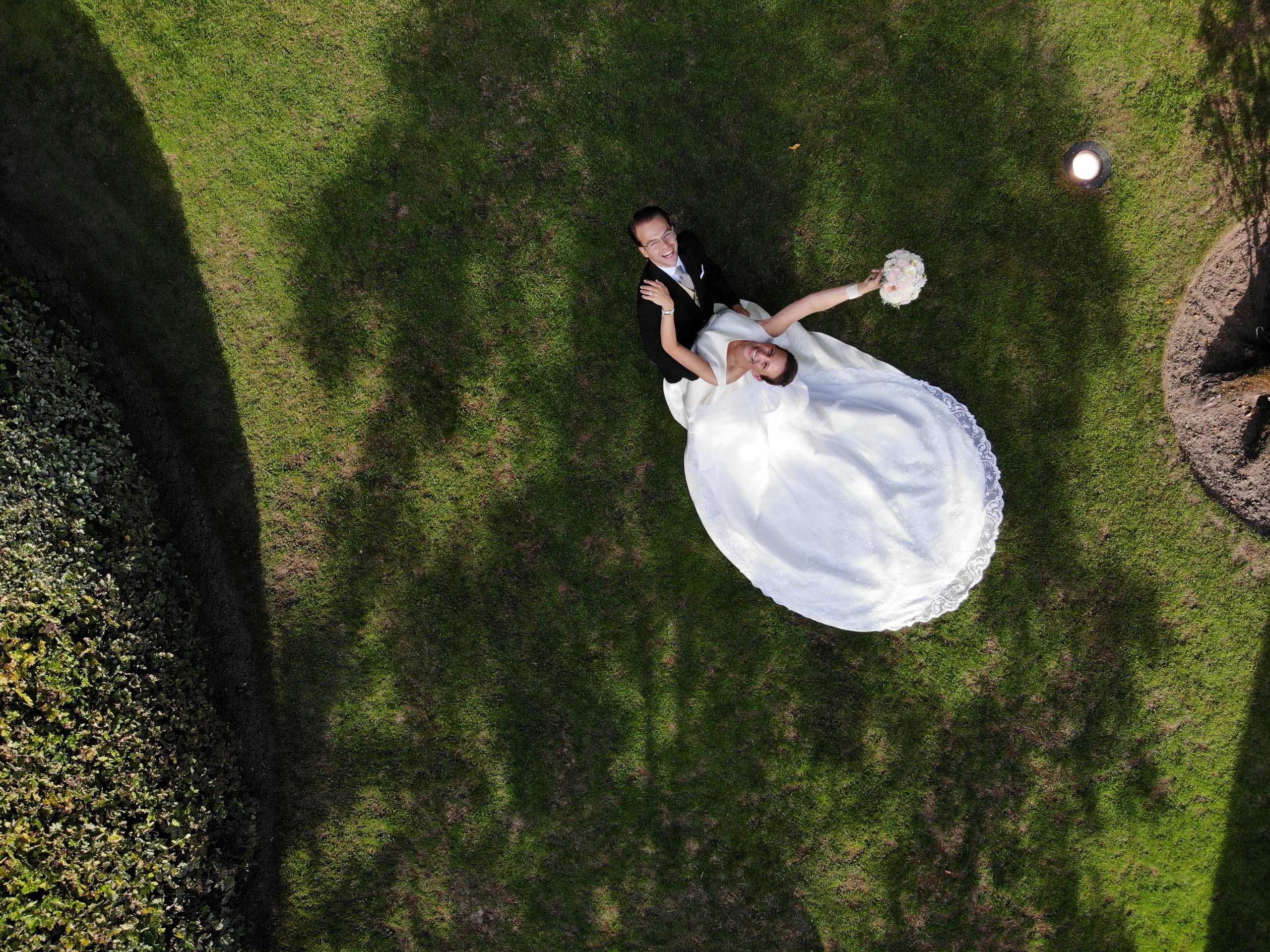 Drone foto van bruidspaar