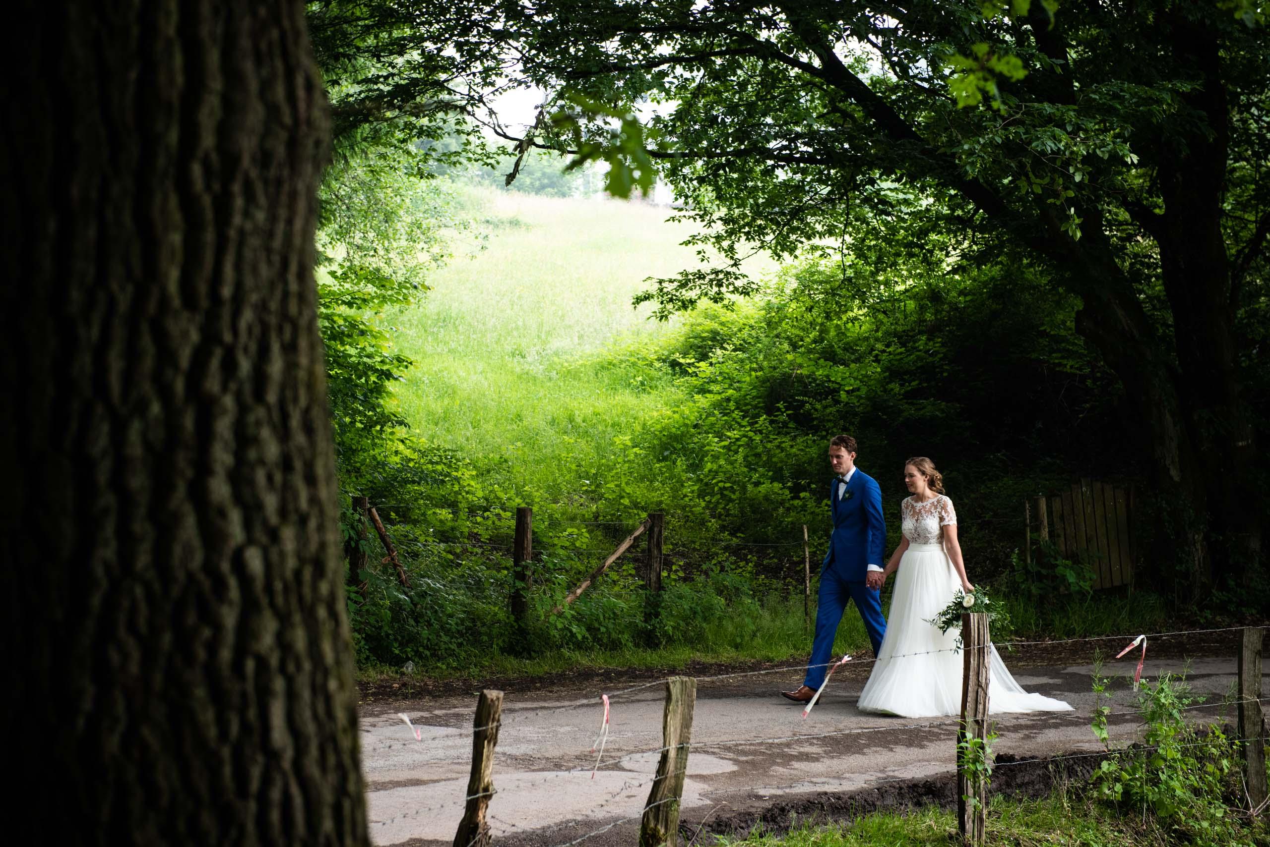 Bruiloft in de ardennen in het bos